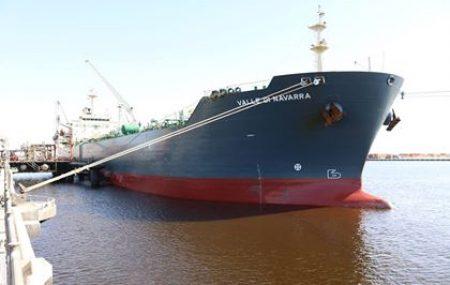 ضمن نشاطات مراقبة التزويد والنقل البحري الناقلة النفطية ( VALLE DI NAVARRA ) تشرعُ بضخ شحنة ( 28.000 ) طن متري من منتج الديزل بعد رسوها على منصة الرصيف النفطي بنغازي ليلة أمس الأثنين