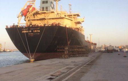 يتواصل توزيع الوقود على كافة المحطات مباشرةً من خلال ناقلة الوقود أنوار ليبيا الراسية بميناء طرابلس البحري