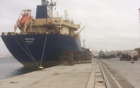 شركة البريقة لتسويق النفط تؤكد إستمرار ناقلة الوقود ريزيبون الراسية بميناء طرابلس البحري عمليات توزيع الوقود لشركات التوزيع وتطمئن السادة المواطنين بأن الكميات الموزعة