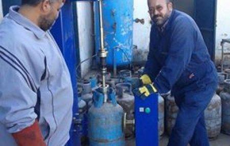 باشرت ورشة صيانة اسطوانات الغاز بشركة البريقة لتسويق النفط بتركيب صمامات جديدة على اسطوانات الغاز العاطلة لإعادة تشغيلها وتدويرها عدسة المكتب الإعلامي بالشركة