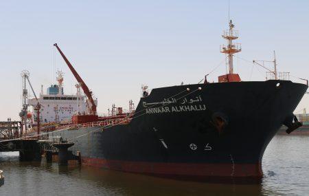 أجرت ناقلة الوقود أنوار الخليج عمليات ضخ وتفريغ ( 9326000 ) لتر من منتج وقود الطيران بخزانات الشركة بمستودعرأس المنقار عبر منصة الرصيف النفطي بنغازي