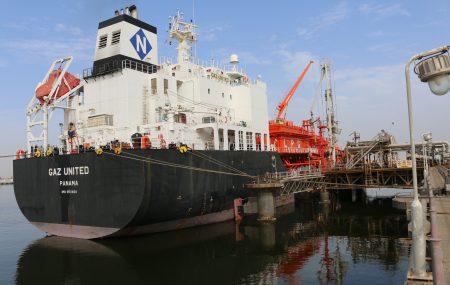 تتأهب حاملة الغاز - GAZ UNITED - لمغادرة منصة الرصيف النفطي بنغازي بعد أن أنهت عمليات ضخ وتفريغ - 2000 - طن متري من غاز الطهي - L.P.G - بخزانات مستودع رأس المنقار يذكرُ أن اليونايتد
