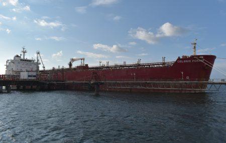 غادرت صياح اليوم الاحد 6 يناير >> حاملة الوقود ( CELSIUS PENANG ) منصة الرصيف النفطي بنغازي بعد أن أودعت بخزانات الشركة بمستودع رأس المنقار(32773000) لتر من منتج وقود البنزين