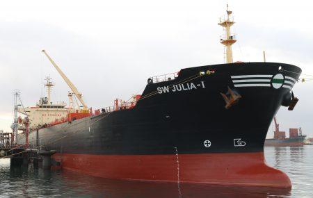 جوليا ناقلة الوقود تنهي عمليات ضخ وتفريغ منتج البنزين بخزانات الشركة بموقع مستودع رأس المنقار وتتأهب لمغادرة منصة الرصيف النفطي بنغازي أنهت الناقلة البحرية ـ SW JULIA