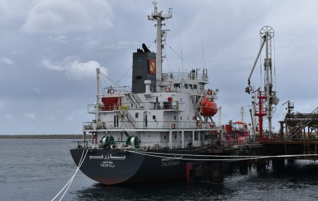 تمام الساعة السادسة من صباح اليوم الأثنين 25 فبراير >> غادرت ناقلة الغاز الـ تازربو منصة الرصيف النفطي بنغازي بعد أودعت بخزانات الشركة بموقع مستودع رأس المنقار ـ 1725