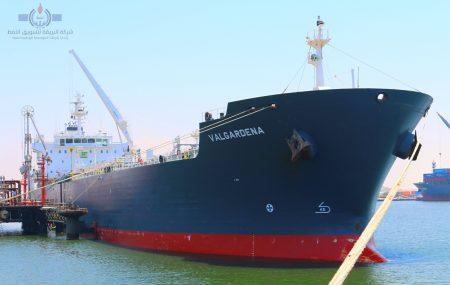 غادرت ناقلة الوقود ـ VALGARDENA ـ صباح يوم أمس الجمعة 26 يوليو << منصة الرصيف النفطي بنغازي بعد أن أستكملت تفريغ شحنتها من وقود البنزين بخزانات الشركة بموقع مستودع رأس المنقار