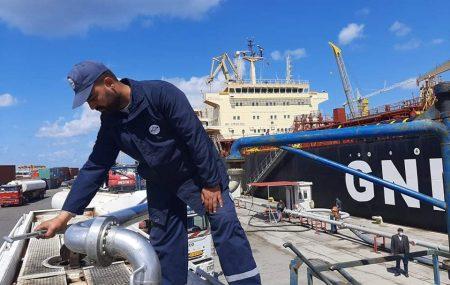 سوء الأحوال الجوية اليومين الماضيين وراء تأخر دخول ناقلتي النفط أنوار ليبيا وأنوار أفريقيا للميناء واليوم بدأ دخولهما منطقة المخطاف و رسو الناقلة أنوار ليبيا والشروع