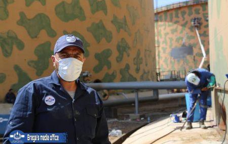 رجال البريقة على موعدهم رغم الظروف، فقد انتهت فرق الصيانة بمستودع طرابلس النفطي بطريق المطار من تجهيز ما نسبته 90٪ من أعمال الصيانة لخزان وقود البنزين رقم 120 بسعة تخزينية