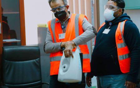 استمرار عمليات التعقيم والإجراءات الاحترازية اللازمة لمواجهة جائحة كورونا إستكمالاً لأعمال الإدارة العامة للصحة والسلامة وحماية البيئة بشركة البريقة لتسويق النفط،