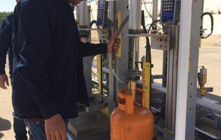 أول وحدة تعبئة اسطوانات غاز ثابتة بطاقة إنتاجية تقدر ب 450 اسطوانة في الساعة و التي سيتم من خلالها تعبئة اسطوانات الغاز للمواطنين بشكل مباشر اثناء الدوام الرسمي وعلي مدار